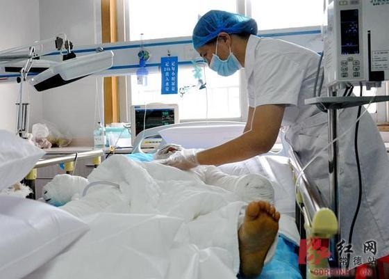 贺语辰全身裹满纱布躺在重症监护室的病床上