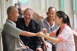 养老保险城乡全覆盖 高龄失能残疾老人可获护理补贴