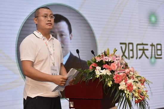 图为新浪副总裁邓庆旭发言