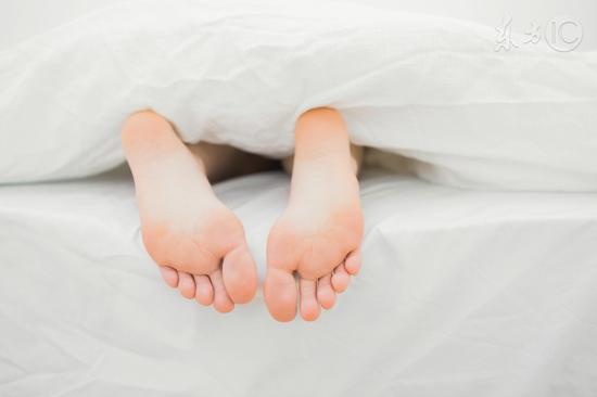 睡觉时腿突然一抖,像踩空一样是怎么回事?
