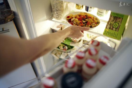 冰箱有异味?一块馒头片就解决