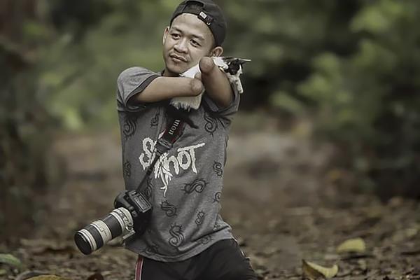 他天生没有手和脚 却成为一名出色的摄影师