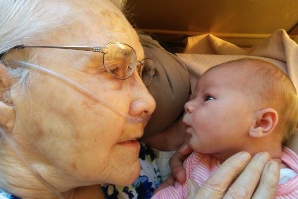 病危老人第一次见到孙子的画面