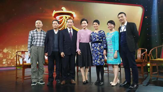 2017年,家風中華,潘遠志醫生夫婦(左3/5)、潘雲苓醫生(右2)、潘敬新醫生(左2)接受安徽衛視楊瀾女士關於家風中華的採訪
