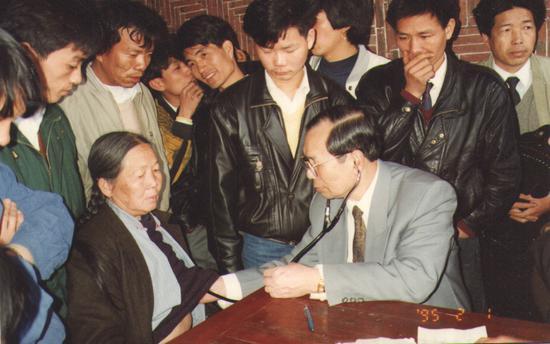 1995年,潘明繼在老家祖宅爲鄉親們義診(現存最早的義診照片)