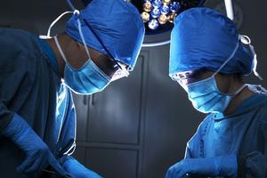 女童摔下床脑部被玻璃刺伤 医生取出10多块碎片