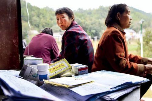 身患丙肝的村平易近常年服药,日益沉重的经济包袱压得他们喘不过气来。图/视觉中国