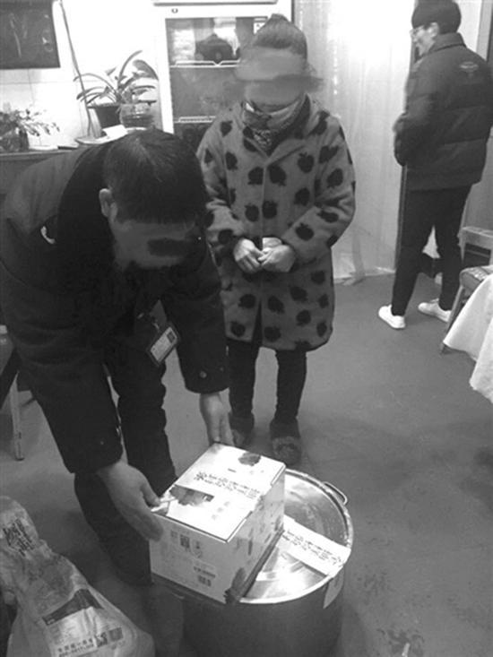 民警对小饭店的汤底和调料包进行封检。 都市快报 图