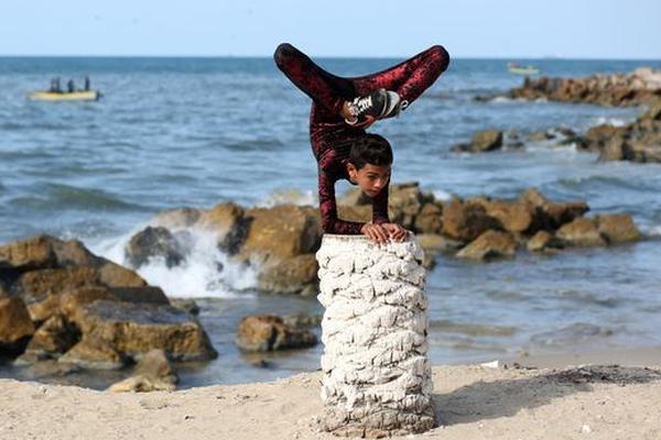巴勒斯坦男孩身体柔软令人惊叹