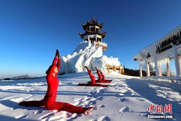 雪中一点红 瑜伽爱好者身着红衣雪地开练