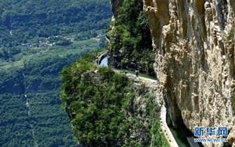 鄂西深山人工灌渠紧贴峭壁蜿蜒数十公里