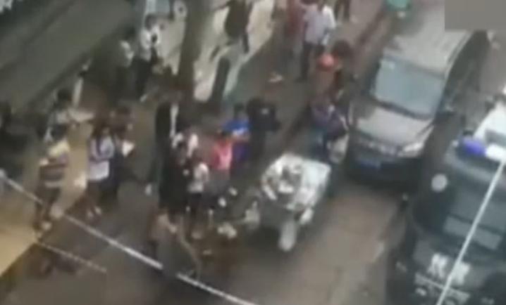 街头多人持刀火拼 持枪武警狙击手出动