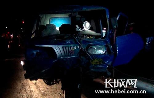 惨烈追尾:三轮车头钻进油罐车 司机被死死卡住