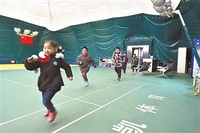 图为孩子们正在气膜体育馆里上体育课。记者史晟全摄