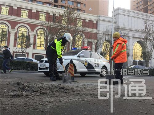 警察正在帮忙除冰。刘潇 摄