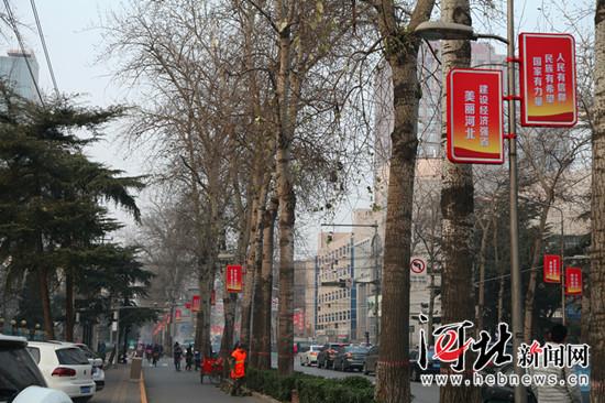 近日,石家庄市加大户外公益广告设置力度。图为石家庄市街道边的灯杆公益广告。