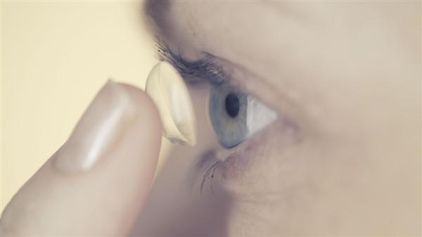 英国女子眼中取出27个隐形眼镜 自己毫无察觉