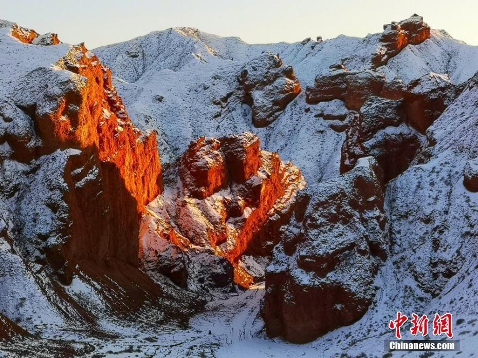 雪后甘肃红沟丹霞景色美艳