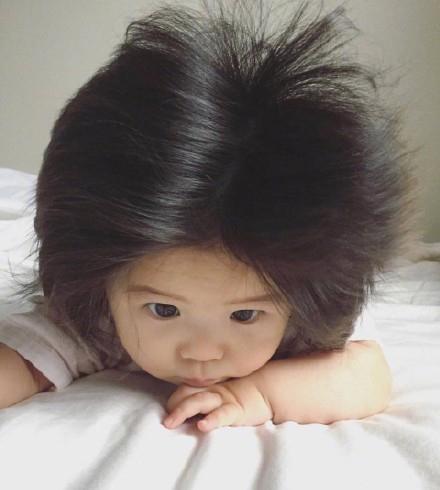 半岁萌娃发量惊人神似蒙奇奇