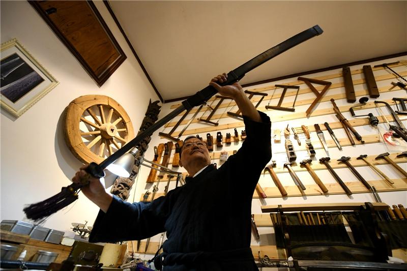 宝剑锋从磨砺出 石家庄父子俩传承古兵器修复技艺