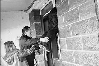 干部爬窗救摔倒独居盲老人