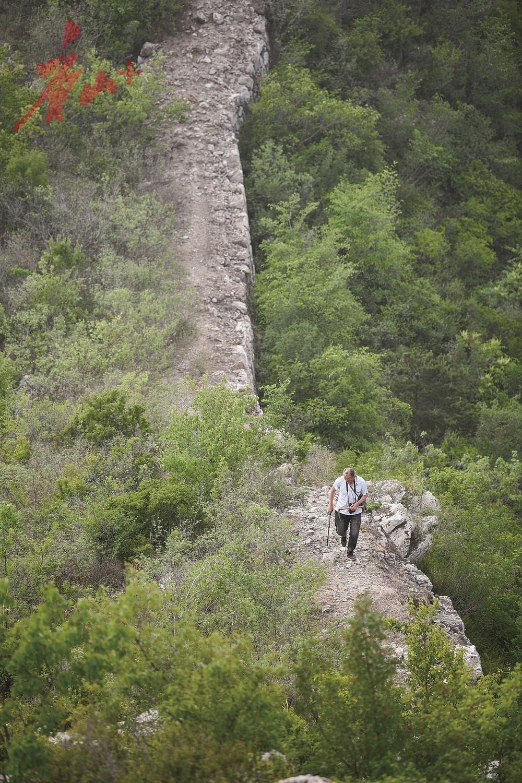 图中这条山路,侯云成走了36年。 记者 赵亮 摄
