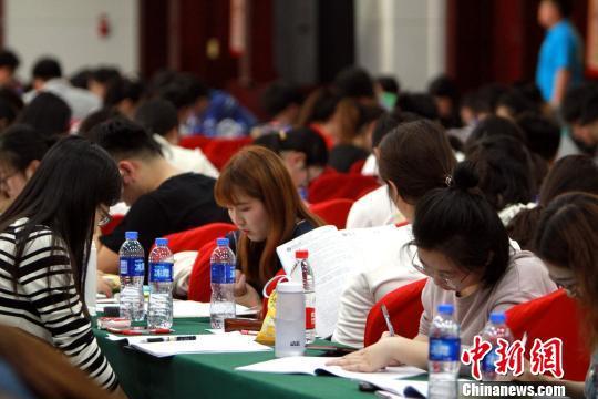 公务员考试临近,考生们紧张复习。 张道正 摄