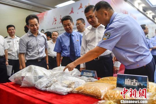 警方展示缴获的毒品 陈骥旻 摄