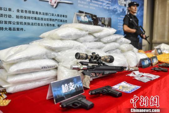 警方展示缴获的毒品和枪支 索有为 摄