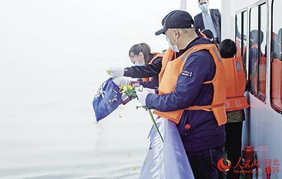 沧州市免费骨灰撒海活动。 河北省民政厅供图