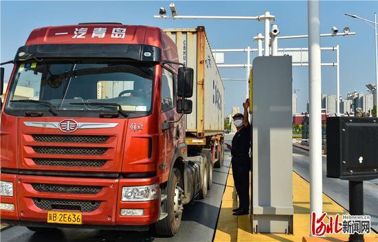 9月7日,一辆满载货物的货车准备驶入辛集保税物流中心。 河北日报记者耿辉摄