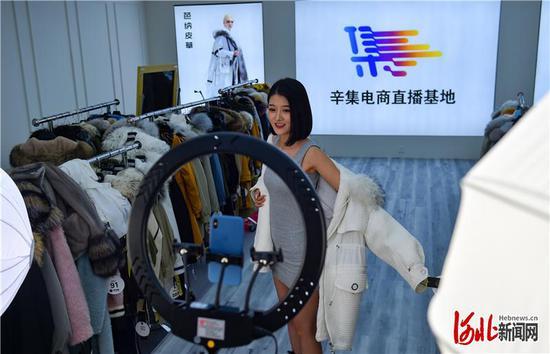 9月7日,辛集黎西尼皮革制衣有限公司主播戴媛媛在辛集电商直播基地直播带货。河北日报记者耿辉摄