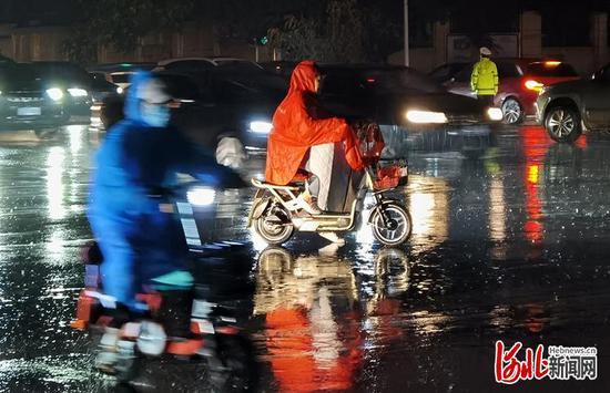 6月28日下午,石家庄迎来降雨天气,局地伴有大风、雷电、短时强降水等强对流天气,降雨使市区多条街道出现不同程度积水情况。河北日报记者田明摄