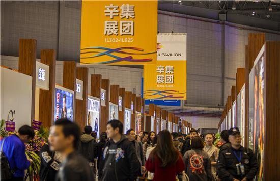 """近年来,辛集皮革企业以""""辛集展团""""的形式多次参加米兰、莫斯科、上海等国际国内高端展会,不断擦亮辛集皮革品牌。 辛集市委宣传部供图"""
