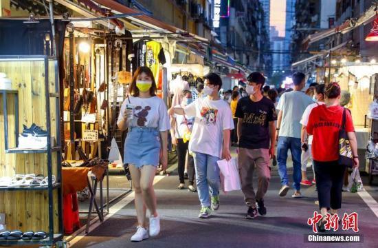 6月3日,市民在武汉保成路夜市消费休闲。中新社记者 张畅 摄