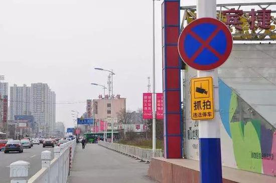 唐山站东广场前违停抓拍警示牌