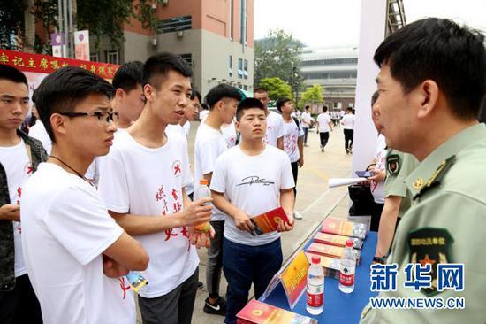 大学生正在咨询参军入伍相关政策。张鹏 摄
