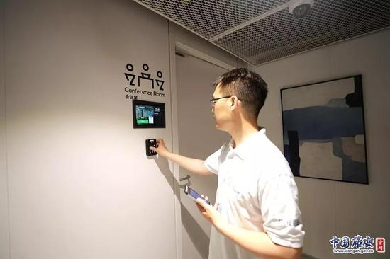 会议室门口设有智能化装置。崔利杰摄