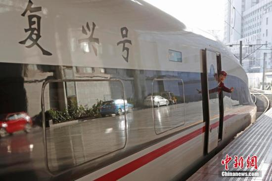 资料图:列车乘务员正在做开车前安全检查。中新社记者 殷立勤 摄