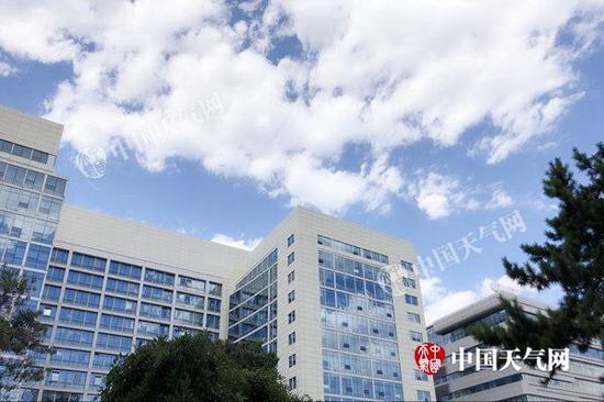 昨天,北京气温飙升,天空湛蓝,云朵好似棉花糖。张辉 摄
