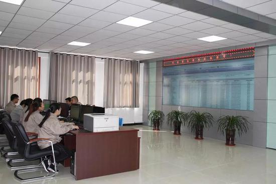 △能源管理部工作人员对热计量设备进行监控
