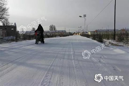 昨天上午,河北张家口市康保县出现降雪。摄影/张欣