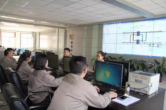 △总调度中心工作人员对设备进行实时监控