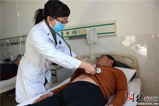 秦皇岛市骨科医院内三科主任张海燕正在为李学峰做检查。记者杨琦摄
