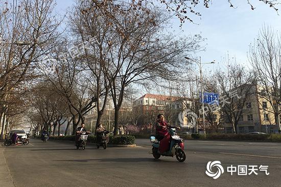 上午9点,石家庄气温已达15℃,市区暖意融融。(摄/秦楠)