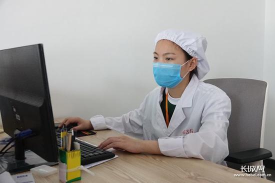 """河北御芝林药业""""扶贫车间""""员工杜雅旭。长城新媒体记者刘延丽摄"""