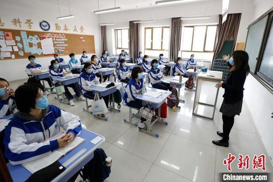 资料图:北京丰台二中学生上课。 中新社记者 富田 摄