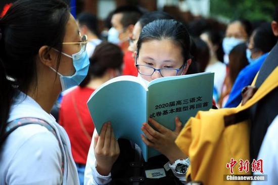 图为一名上海考生在做最后的复习准备。汤彦俊 摄