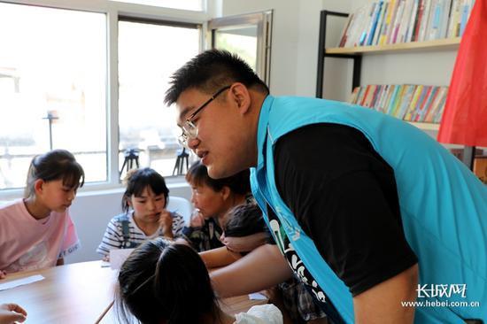 社工李向坤带着孩子们开展活动。长城新媒体记者 高航 摄
