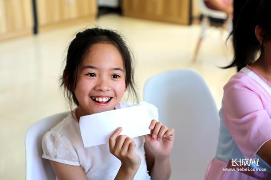 村里的孩子们最喜欢到社工服务站玩耍。长城新媒体记者 高航 摄